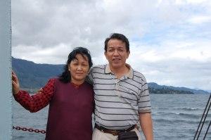 DR. IR. BENHARD SITOHANG dan Ibu R. br. GULTOM berpose di atas Ferry dalam perjalanan dari Parapat ke Samosir