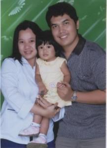 Julianti Sitohang berpose bersama puterinya Gita Natasya Tarigan dan suaminya Irmanto Tarigan
