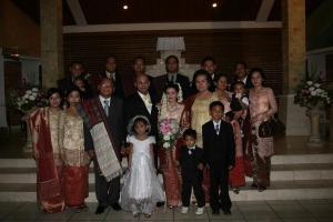 Keluarga besar bapak Budiman Sitohang dan ibu br. Lumbanraja berpose bersama saat pernikahan Perry Sitohang
