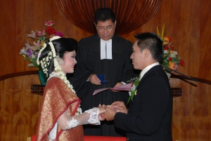 Manatar Sitohang memasangkan cincin pernikahan kepada Monika Sagala dihadapan Pdt. W.T.P. Simarmata yang memberikan pemberkatan pernikahan mereka di gereja HKBP Lumban Suhi-suhi Samosir. Pdt. W.T.P. Simarmata adalah Sekjen HKBP yang masih merupakan kerabat Manatar Sitohang dari pihak ibu.
