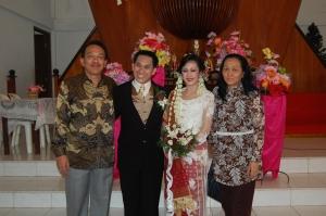 Pasangan pengantin yang berbahagia menempuh hidup baru Manatar Sitohang dan Monika Sagala berpose bersama Bpk Dr. Ir. Benhard Sitohang dan Ibu boru Gultom yang datang dari Bandung untuk menghadiri pernikahan Manatar dan Monika.