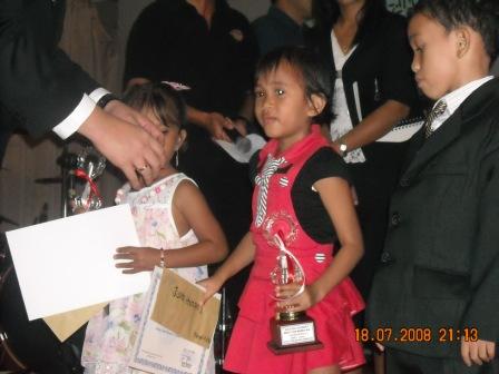 Natalie Sitohang saat menerima piala dan penghargaan dalam festival lagu rohani anak-anak di Duri baru-baru ini