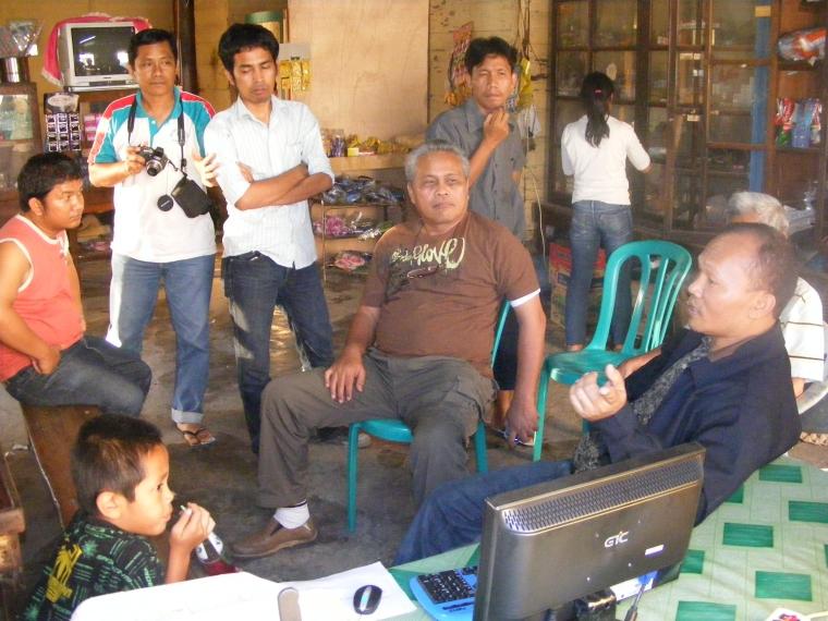 Bapk Efendy Naibaho (duduk di tengah), anggota DPRD Sumatera Utara yang datang bersama pewarta situs berita Formatnews untuk menyaksikan proyek pengadaan layanan internet gratis di Palipi. Tampak Petrus Sitohang (ujung kiri) sedang menjelaskan perangkat internet kepada Efendy Naibaho dan tamu pengunjung lainnya. (Foto: Rudy Sitohang)